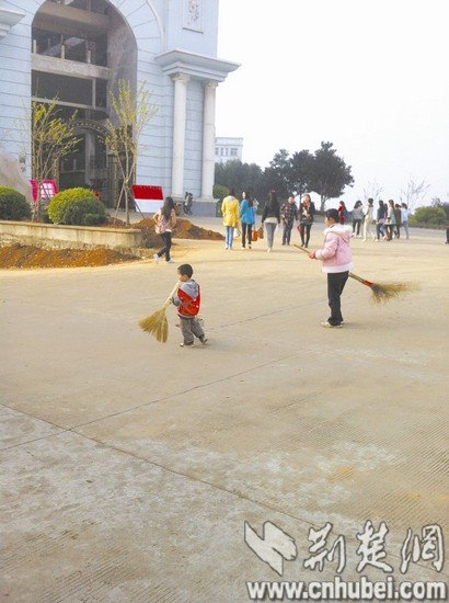 4岁男童高校内帮清洁工妈妈扫地 感动师生(图)