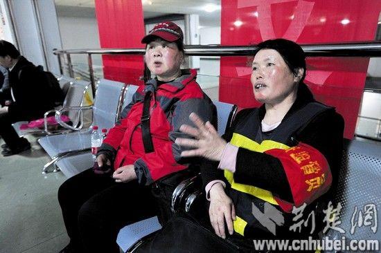 医院重症监护室外,林丽的受伤同事揪心守候 记者魏铼摄