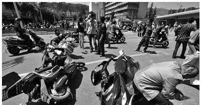 拆迁方暴力砸店50人堵路 警方用催泪瓦斯(图)