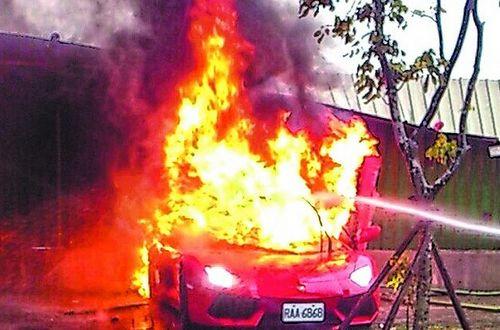 叶茂宏驾驶兰博基尼失控自撞起火,整部车烧成一团火球。台湾《苹果日报》
