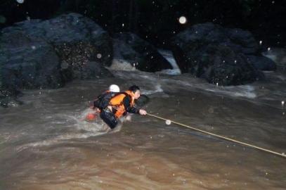 大学生露营地选干涸河床 暴发山洪被包围(图)
