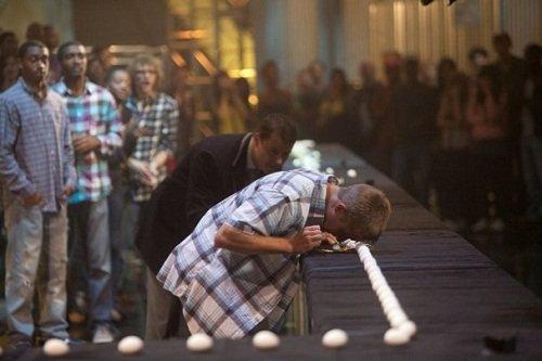 男子1分钟用脑门碎142个鸡蛋 刷新世界纪录(图)