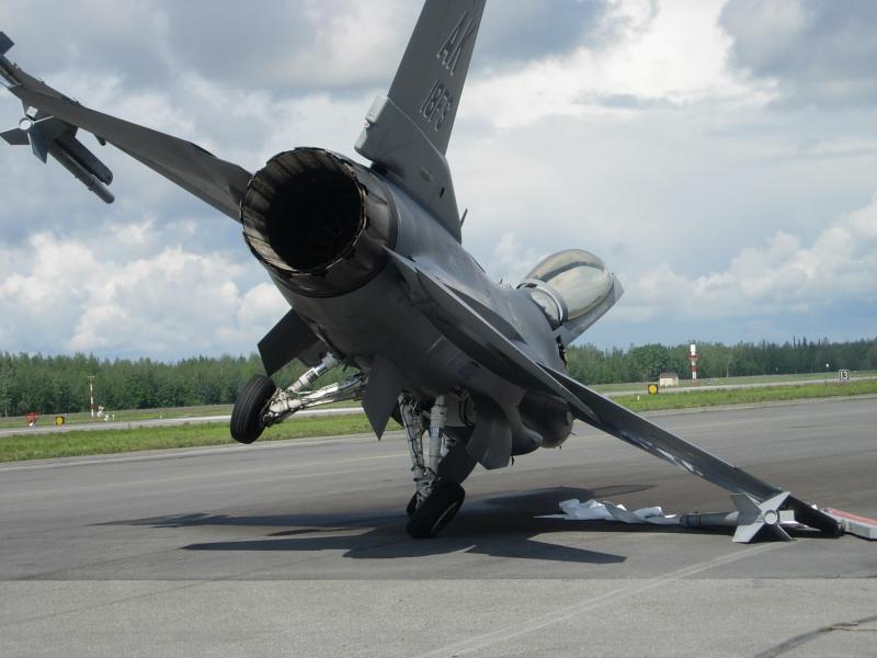 美空军1架F 16战机着陆时冲出跑道 原因不明