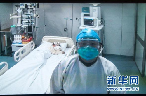 4月13日,北京地坛医院ICU病房护士利用远程系统介绍患者最新情况。当日,北京地坛医院新闻发言人成军介绍了北京首例人感染H7N9禽流感确诊病例的治疗情况。目前患儿病情稳定,体温趋于正常,两名密切接触者未发现异常。新华社记者 张宇 摄