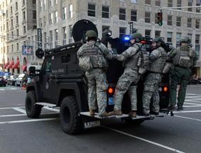美国特种警察部队处理爆炸案
