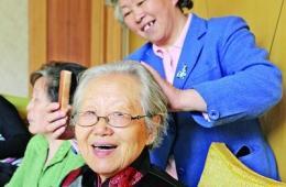 24名七旬老人为中学班主任祝贺90岁大寿(图)