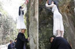 中国第一巨人肩托美女悬崖采杜鹃