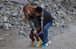 摄影师拍下地震意外瞬间:男子救助女友全过程