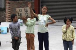 雅安地震第二日纪实:灾民在路边举牌求援