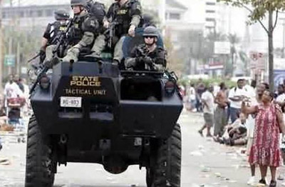 地震后美国警察荷枪实弹巡逻而非救灾