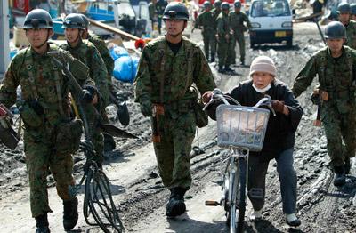 日本自卫队员在地震后救灾