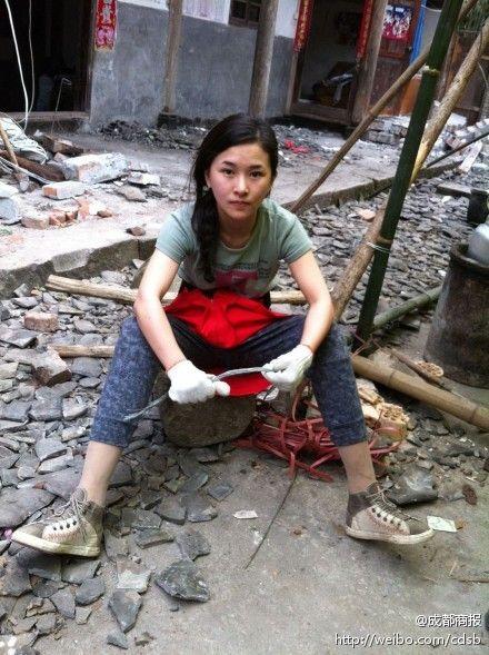 军事资讯_汶川地震失去双腿女教师赴雅安灾区当志愿者_社会_环球网