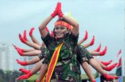 """印尼女兵也玩起""""千手观音"""""""