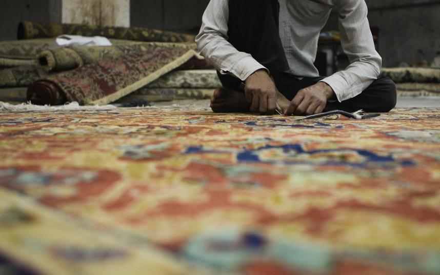 【环球网综合报道】印度城市珀多希(Bhadohi)是著名的地毯工厂聚集区,城中共有地毯工厂500余家。庞大的工厂数量使其成为南亚地区规模最大的手工地毯编织业中心,而精湛的传统编织工艺也使印度地毯广销海外。   珀多希地毯编织工艺最初可以追溯到公元1500年。当时印度处于莫卧儿帝国统治者阿巴克(Akbar)统治时期,阿巴克首次将地毯编织工艺引进国内,印度地毯编织业由此起步。   据了解,珀多希地毯工厂生产的许多手工地毯都用于出口,印度地毯在国际市场上的需求量十分稳定。首先,手工地毯的艺术效果是许多机器生