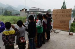 地震震中小孩自制感谢牌 路边向救援人员致敬