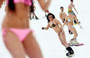 """俄千人""""裸体滑雪""""欲破世界记录"""