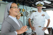 越南修女参观美国军舰喜笑颜开