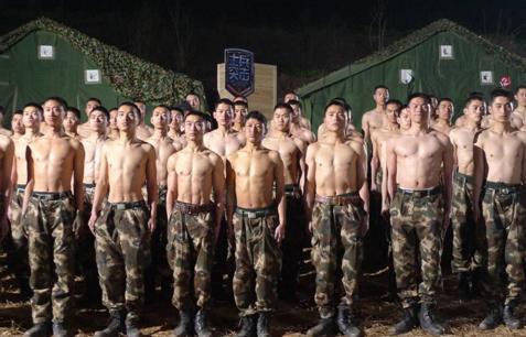零下2度赤裸上身的抗寒训练