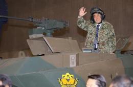 安倍着迷彩服扮坦克兵