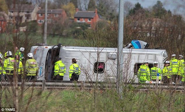 【环球网综合报道】 据英国《每日邮报》4月28日消息,近日,英国一辆大巴车在从西约克郡开往利物浦的途中与一辆卡车相撞,伤亡严重。车上20名乘客均为要参加一准新娘单身派对的女性。   据悉,巴士离开主干道后转向侧道,在上坡路上与一辆和其行驶方向相同的卡车相撞。巴士当场被撞翻并滑出公路以外。卡车司机涉嫌危险驾驶当场被逮捕,现在正在进一步调查。伤者共计21人,当即被送往医院。其中有八人伤势严重,情况危险,现已进入重症监护室,其他人目前情况已稳定。   事故的目击者爱丽丝•泰勒(Alice Tayl