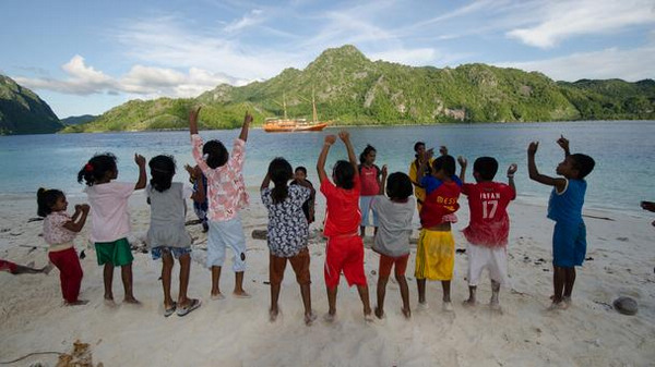 【环球网综合报道】英国广播公司(BBC)最近探访了印度尼西亚东北部的神秘香料群岛,几千年来这里一直是世界的香辛料主要生产地,如今这里更是水肺潜水的天堂。具有印尼传统特色的豪华船宿潜水体验将带给您至尊享受,探奇火山岛,来一次海底潜水漫步,神奇的海底生物将挑战您的想象力极限!