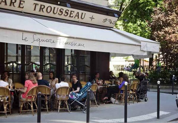 在巴黎的街头咖啡馆看世间繁华