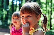 美国父亲镜头记录双胞胎女儿童年