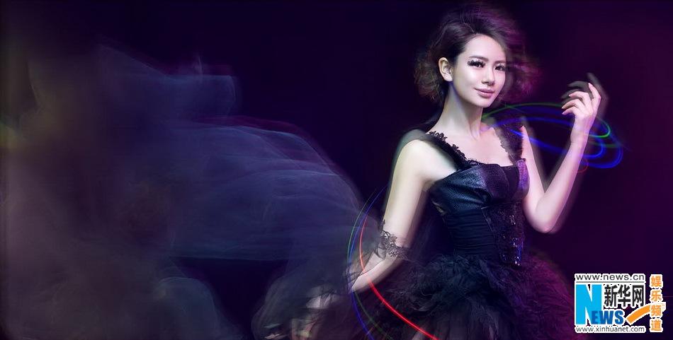 高清:戚薇全新写真化身黑天鹅 呈现完美光影穿梭