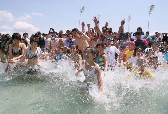 日本和歌山县白良滨海水浴场正式开放迎接夏日