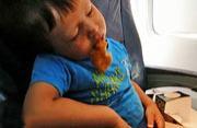 瞌睡男童机舱吃鸡翅视频爆红网络