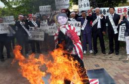 韩国民众烧毁安倍人形牌表示抗议