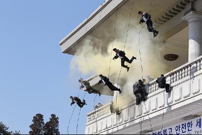"""2012 年,韩国总统府警卫室和媒体发布的一组""""青瓦台保镖""""的训练照片。"""