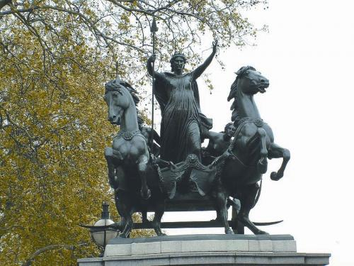 """【环球时报驻英国特约记者 纪双城】如果你跟英国人提起""""不列颠尼亚"""",他的脸上会立时绽放出自豪的笑容。英国人每逢体育盛事,往往都会集结在一起高喊一句""""不列颠尼亚"""",外人不明就里,原来这是""""女神保佑""""的意思。""""不列颠尼亚""""是英国的保护神,也是英国的化身。英国还有一个代称:""""约翰牛"""",是一个男性形象的英国化身。上述两个绰号都体现了英国岛国国民的性格特点,但因为各自所折射的英国人的品质以及"""
