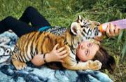 摄影师母亲拍女儿与野生动物伙伴