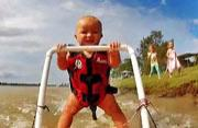 澳7月大婴儿学滑水视频蹿红网络