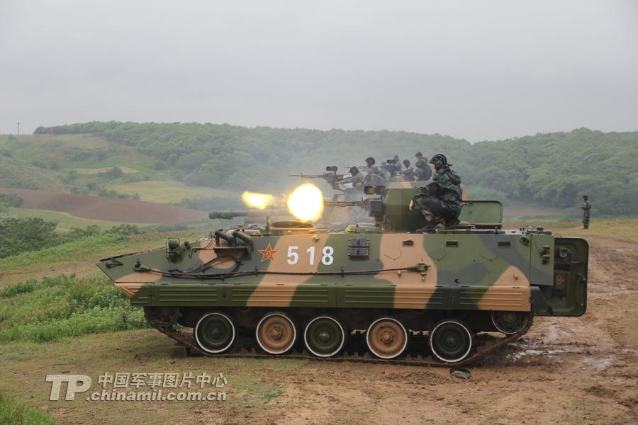 高速上杀出解放军92步战车群