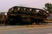 解放军坦克出事躺马路