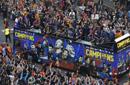 巴萨举行夺冠巡游庆典 数万粉丝沿街欢庆呐喊