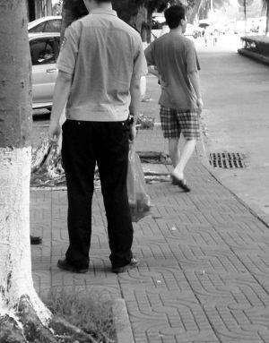 田春宇/民警用红色塑料袋收走了枪支和土炮。本组图片由南国都市报记者...