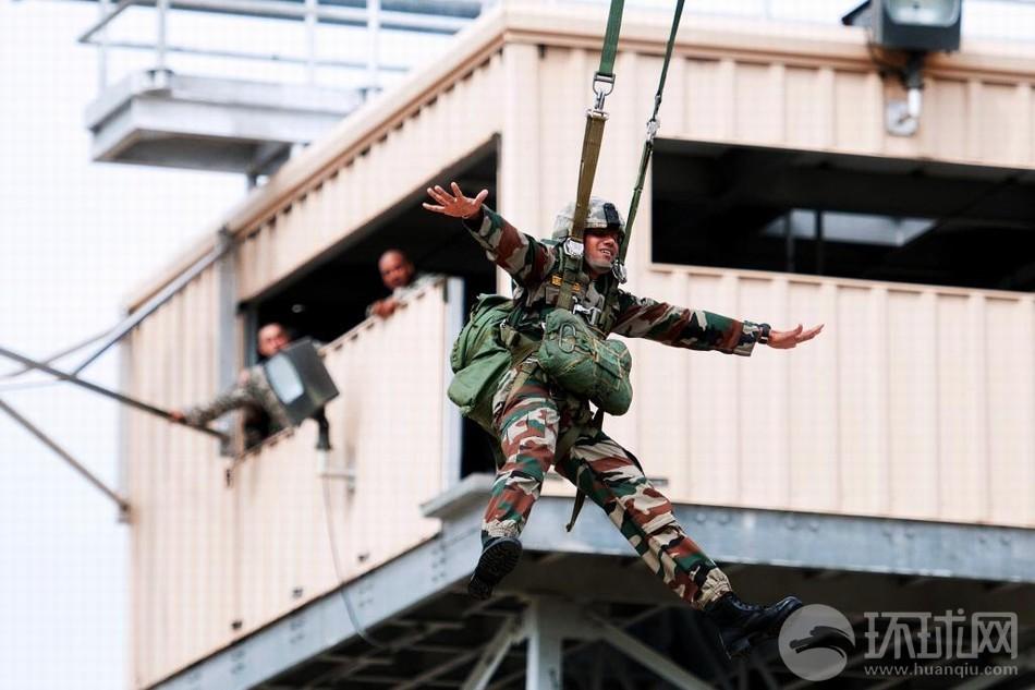 美82空降师指导跳伞印军乐开怀