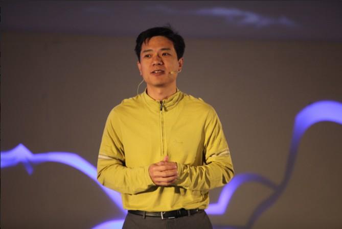 """李彦宏认为,中国互联网正加速淘汰传统产业,每一个传统产业都在面临着互联网产业的冲击,这对互联网人来说是无限的机会。他进一步以旅游、零售、教育、医疗等传统产业为例,指出无论是我们能想到的主流产业,还是我们想不到的那些非主流的产业,都存在这样的机会,这是我们国家现在所处的阶段给我们提供的比较独特的机会,或者说是我们的后发优势。他表示,""""中国经济的后发优势是上天赐给我们中国互联网从业者的机会,也是那些在传统产业中有梦想、愿意拥抱互联网的从业者的机会。""""   向海龙:百度商业的和谐之"""
