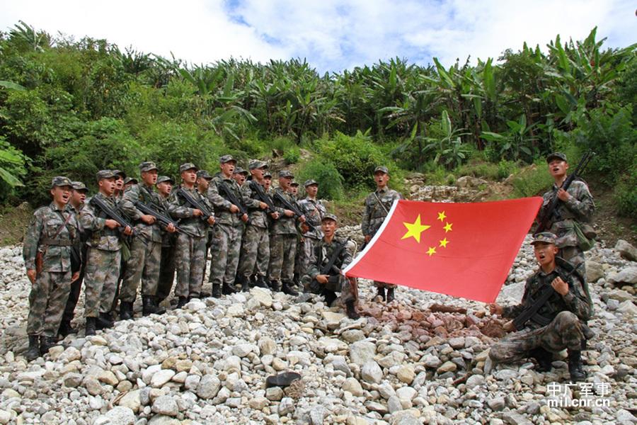 西藏军区巡逻兵跋山涉水守墨脱
