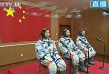 神舟九号任务:航天员手动交会对接进入天空一号,女航天员首次进入太空。