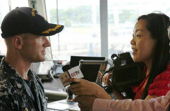 中国女记者登上美军濒海战斗舰