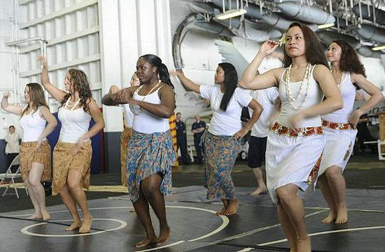 美军女兵在马六甲大跳亚洲舞蹈