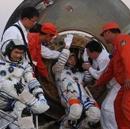 神七返回舱成功着陆,航天员依次出舱。
