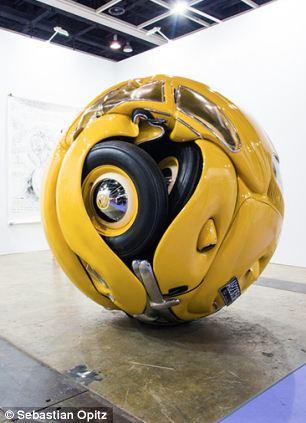 印尼艺术家将甲壳虫车变 球体高清图片