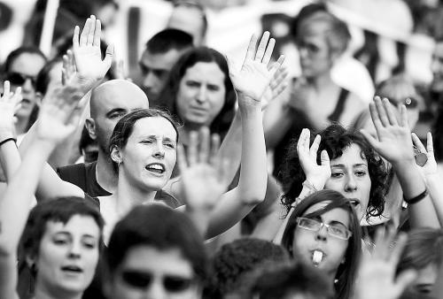 图为西班牙青年抗议居高不下的高失业率。