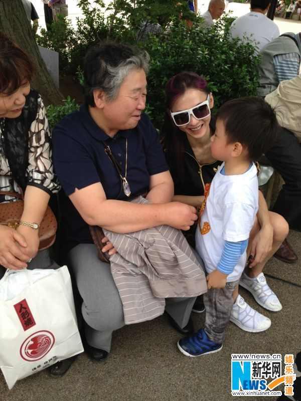 张柏芝/张柏芝带两子日本过六一嘟嘴玩亲亲Lucas坐婴儿车