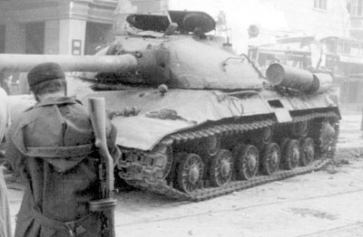 苏联坦克开进匈牙利阻止其革命